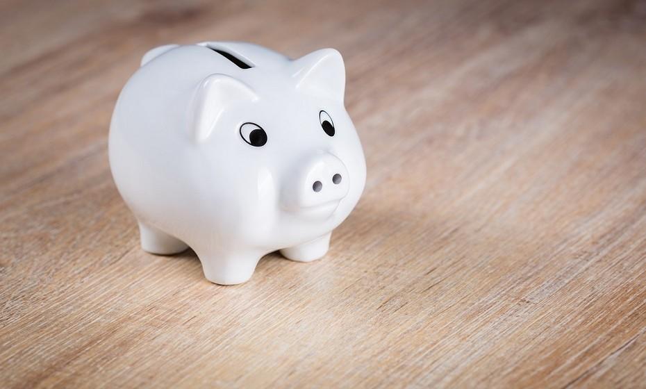 Constrói um fundo de emergência. Todos os meses ou todas as semanas tenta meter algum dinheiro de lado, sejam 5 ou 30 euros – o que puderes.