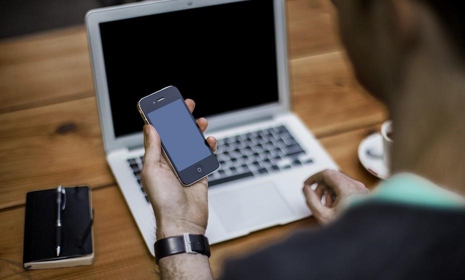 Usar vários tipos de dispositivos (computador, telemóvel, tablet, etc) de comunicação ao mesmo tempo pode encolher estruturas importantes no cérebro. Vários neurocientistas acreditam que as pessoas que 'multi-usam' vários dispositivos têm uma menor densidade de substância cinzenta na área do cérebro associada ao controlo cognitivo e emocional.