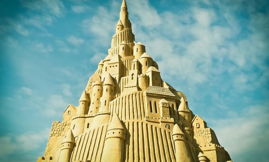 Sem os filhos na praia, não há perigo de pisar os belos castelos de areia feitos por eles com tanta dedicação e não atura uma birra gigante por tê-lo feito.