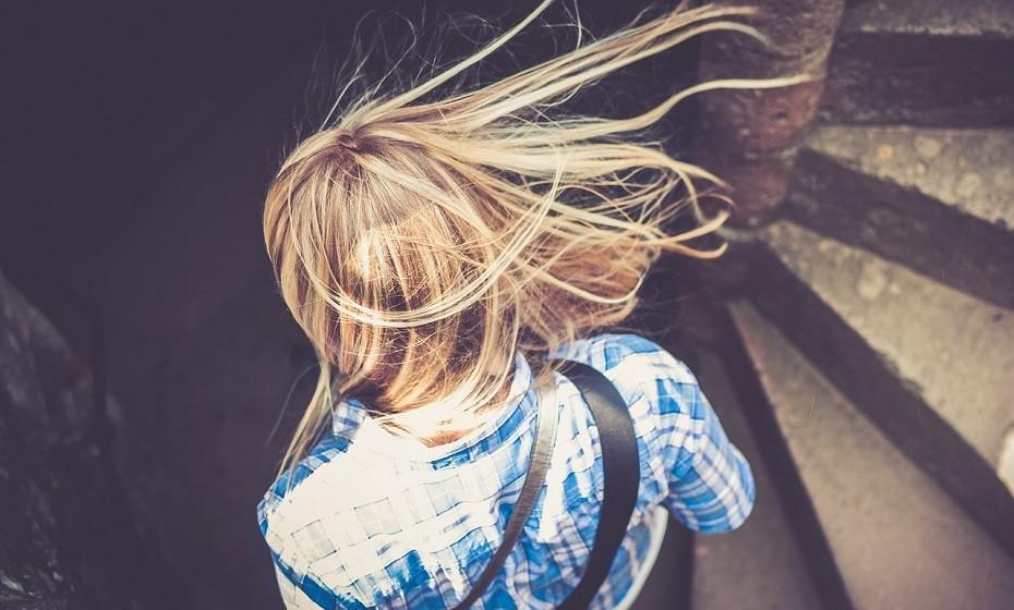 Duas vezes por semana, use apenas o amaciador em vez da habitual lavagem com champô. O cabelo não precisa de ser lavado intensivamente todos os dias. O amaciador tem a capacidade de lavar o cabelo sem descascar os óleos naturais do cabelo.