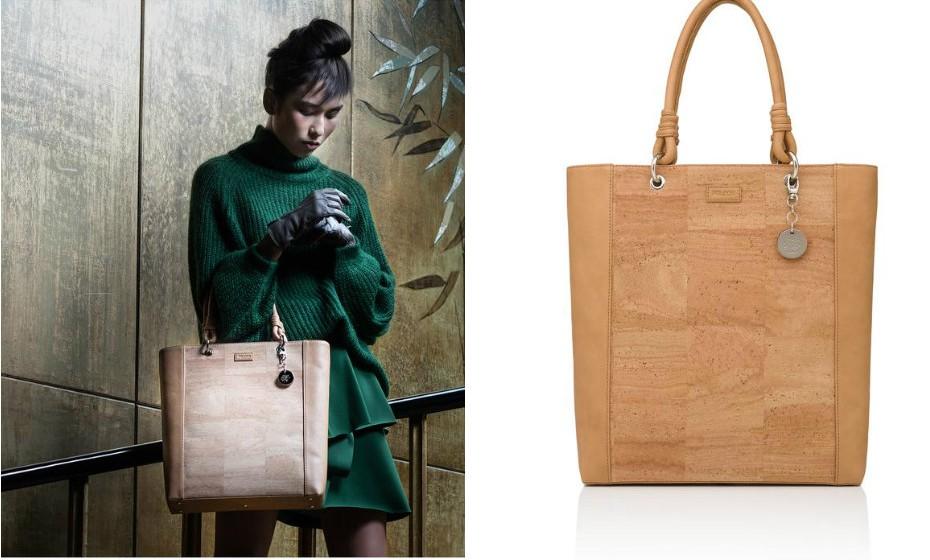 Aposte em marcas portuguesas. A PELCOR lançou uma linha de malas intemporais em cortiça. As peças têm um design trendy e elegante que combinam com a nova estação.