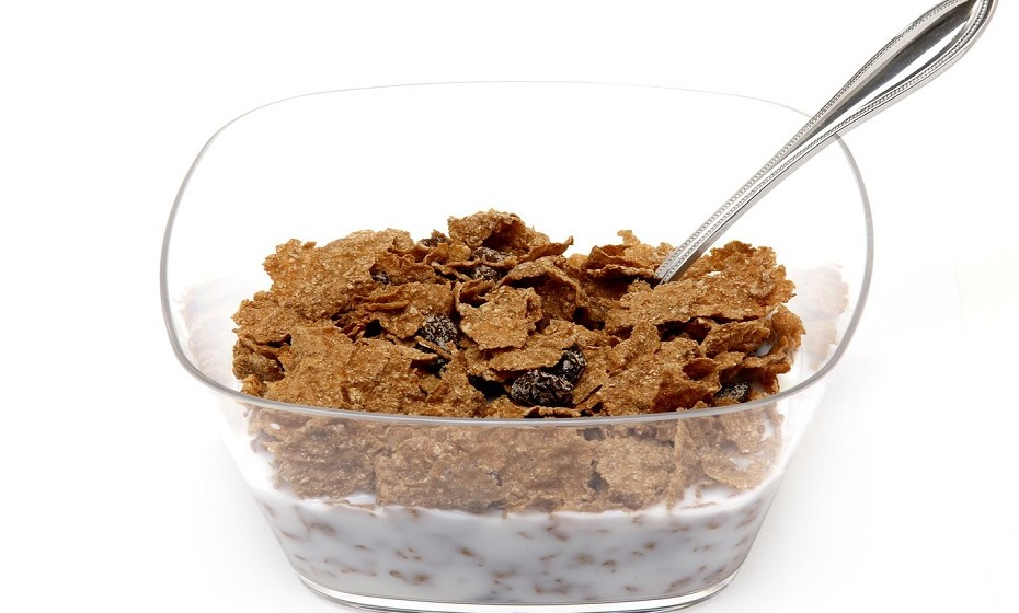 Para o mesmo período, pode também optar por algo simples como cereais integrais e leite ou um pão de sementes com manteiga de amendoim/amêndoa (se possível, caseiro) com doce de fruta sem açúcar adicionado.