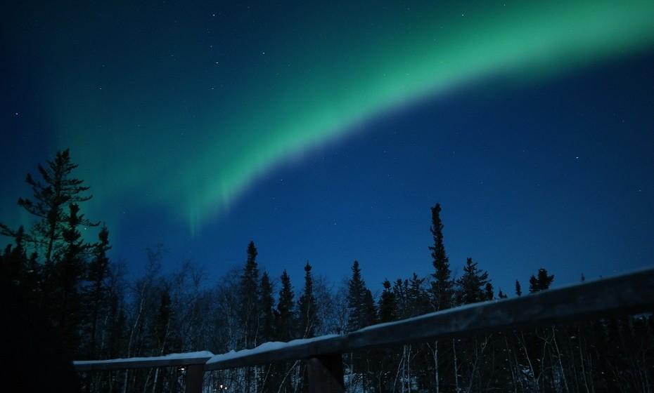 Yellowknife, Canadá, é um local mágico. Aqui, o céu contorce-se em tons deslumbrantes de verde, amarelo, roxo e vermelho para criar a tão falada 'Aurora Oval'.