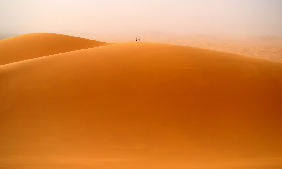 Erg Chebbi, Marrocos, está em constante mudança por causa dos ventos do norte de África. As dunas douradas do Sahara assumem uma tonalidade diferente a cada hora, mas os seus pontos altos de beleza são ao nascer e ao pôr-do-sol, quando as suas sombras curvas contrastam com a areia polida pelo sol.