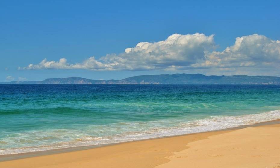 Comporta - A Comporta, a apenas uma hora de Lisboa, é um dos destinos em ascensão, mas ainda pouco conhecido pela maioria dos turistas. Considerado pela 'Condé Nast Traveler' como um destino obrigatório, fora dos radares turísticos, a Comporta é conhecida pelas suas praias de areia branca, mar azul e aspeto paradisíaco. Para além de pôr os pés na areia, poderá passear no porto palafítico da Carrasqueira, visitar e comer no Museu do Arroz, andar a cavalo, ver golfinhos ou dar um passeio de balão. (Foto: Olhares, Paula Miranda)