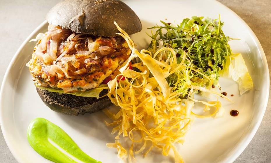 hamburguer-seppione-di-salmone-nella-focaccia-al-nero-di-seppia-con-romana-cipolla-di-tropea-e-maionese-di-wasabi