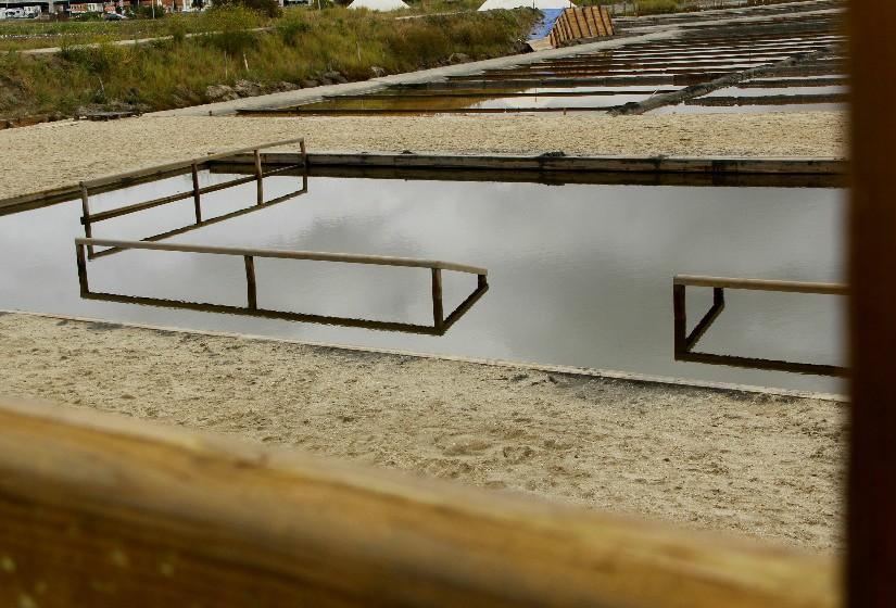 O espaço da piscina é delimitado por uma estrutura de madeira de 20 por 15 metros.