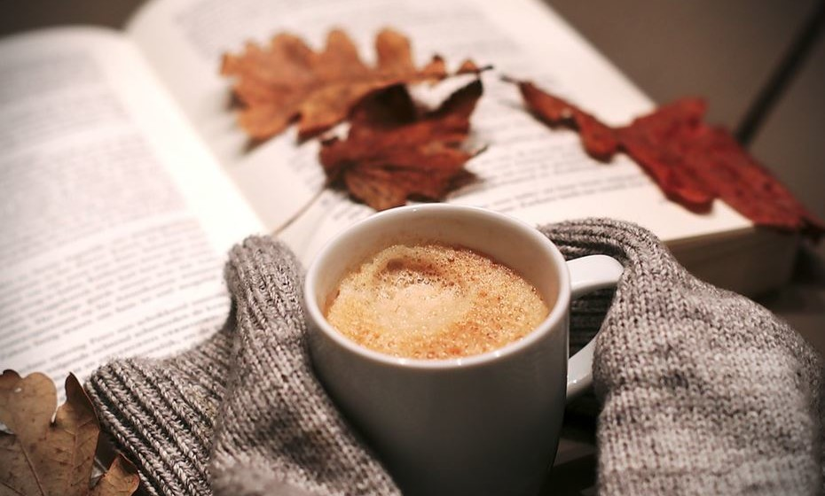 Deve evitar bebidas com cafeína depois das 18h e também bebidas alcoólicas. Ainda que deem alguma sonolência, as bebidas alcoólicas impedem que caia num sono profundo.