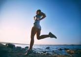 O exercício faz bem à saúde mulher a correr