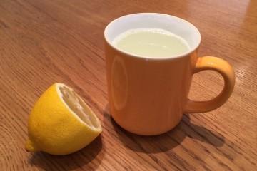 O limão é um aliado poderoso para manter um corpo saudável. Beba diariamente, em jejum, um copo com água morna e sumo de meio limão. Use água morna, não a ferver e nem fria, e prefira sempre limões frescos e biológicos. Conheça de seguida todos os benefícios, sobretudo para se manter saudável no inverno.