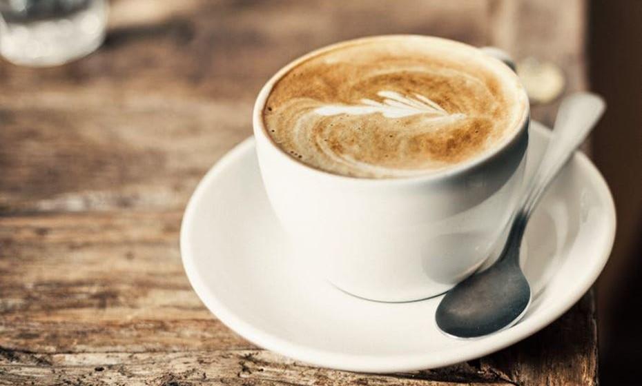 Mocha Frappe: Numa caneca, dissolva café em pó em água quente. Coloque a mistura numa couvette e leve ao congelador por cerca de duas horas, até congelar. Numa misturadora, junte leite, algumas colheres de molho de chocolate e os cubos de café gelado. Quando a mistura estiver pronta, junte pedaços de gelo. Coloque nos copos e decore com molho de chocolate.