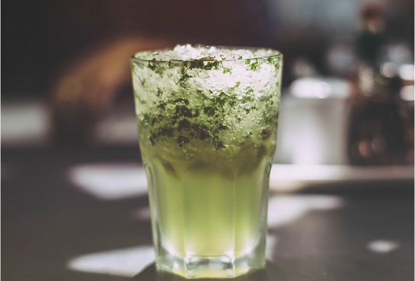 'The Dead Rabbit', localizado em Nova Iorque, Estados Unidos, detém atualmente o epíteto de melhor bar do mundo, depois de ter ficado em primeiro lugar na competição anual 'The World's 50 Best Bars', em outubro de 2016. Em segundo lugar no mundo e primeiro na Europa está o 'American Bar', no hotel Savoy, em Londres, Inglaterra. E em terceiro, também em Londres, está o Dandelyan. Veja de seguida o top 10.