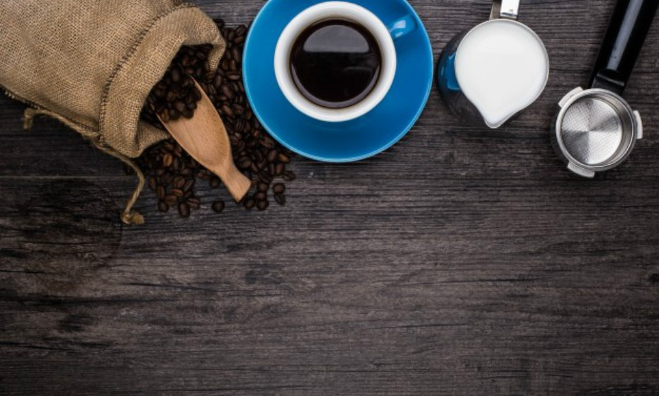 Não deite fora as borras de café, caso o moa em casa. Pode utilizá-las como esfoliante facial ou corporal. Remove as células mortas da pele com delicadeza. A cafeína diminui os poros e dá firmeza à pele. No caso de ter a pele seca, adicione 1-2 colheres de sopa de um óleo a gosto.