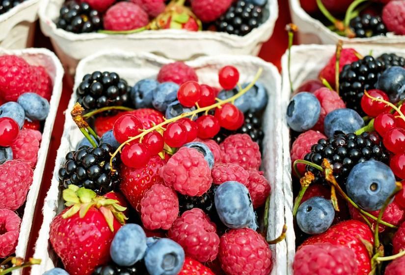 Os frutos vermelhos reduzem a inflamação, de acordo com um estudo publicado no 'Journal of Nutrition'. Contêm flavonoides poderosos designados antocianinas que 'desligam' os genes inflamatórios. Os mirtilos são aqueles que, desta categoria de fruta, têm mais antocianinas, vitamina C e resveratrol.