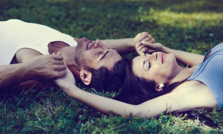 Durante o sexo liberta-se uma hormona chama oxitocina que aumenta o nível de endorfinas que atuam como um analgésico natural. É por esta razão que o corpo fica mais relaxado após o coito.