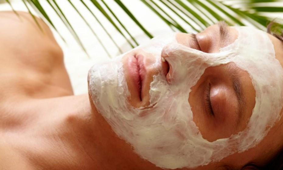 Massaje o rosto enquanto aplica o seu hidratante do costume. Comece pelo queixo e varra as mãos em direção às bochechas, à área dos olhos e testa. Os movimentos aumentam a circulação da epiderme e melhoram a firmeza da pele.
