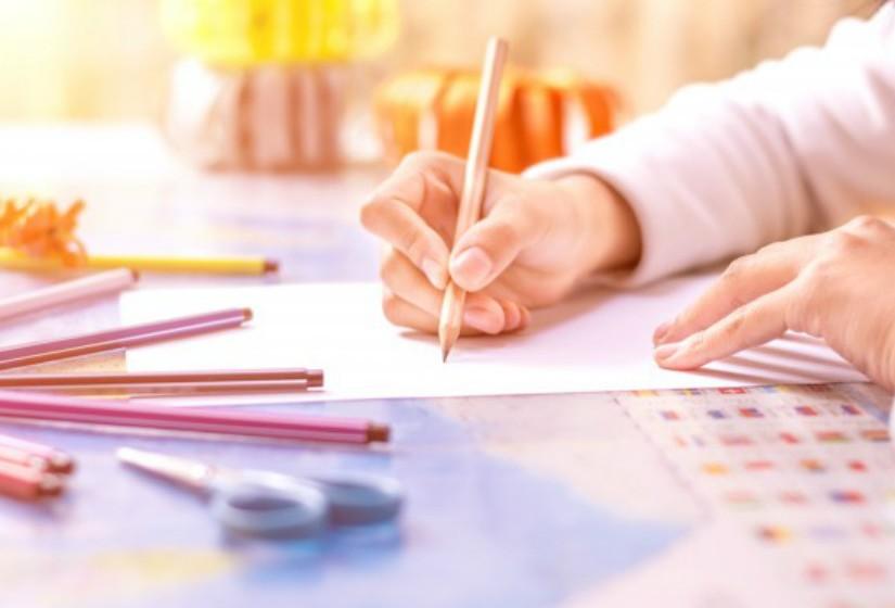Os trabalhos de casa não devem servir como umo método de aprendizagem de novos conteúdos, mas sim de consolidação daqueles que já foram expostos nas aulas. Imagens: Freepik