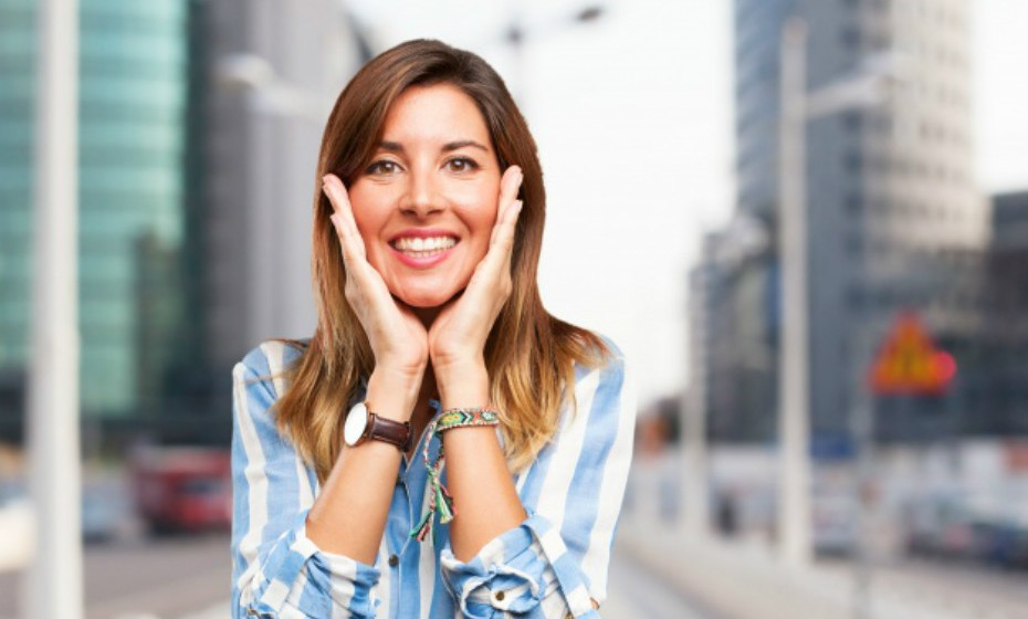 Faça um tratamento de vapor em casa. Apenas precisa de uma panela com água, um fogão e uma toalha. Ferva a água, reduza o lume e deixe ferver durante 7 minutos. Coloque a panela em cima de algo (mesa, bancada, etc), arme a toalha sobre a sua cabeça como uma tenda e exponha o seu rosto ao vapor por 5 minutos. Mas cuidado para não se escaldar. Este é um bom truque para aumentar a circulação e eliminar toxinas – ideal para quem sofre de acne.