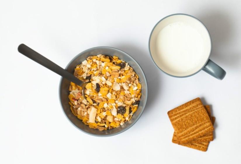 Evite misturar batatas com carne, ovos ou lacticínios. Na verdade. O leite com cereais é uma das piores escolhas para o pequeno-almoço.
