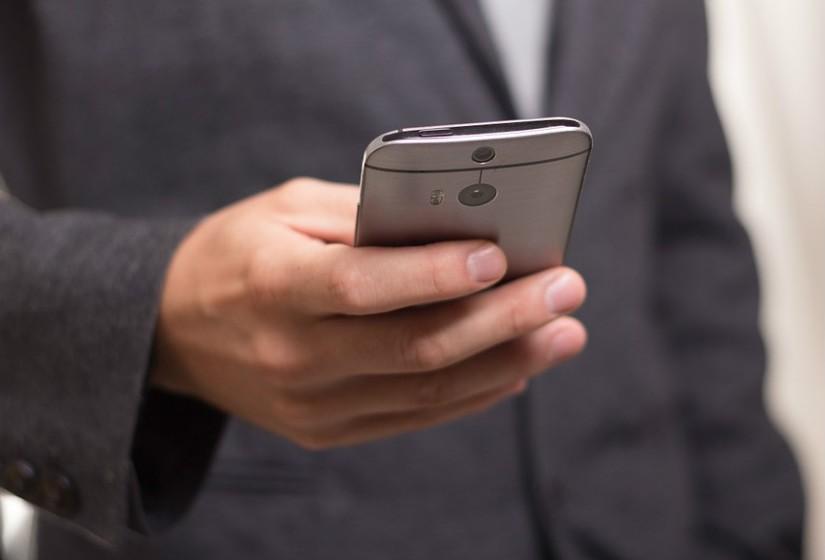 Conflito: Será que o uso das redes sociais pode causar-lhe problemas? Estas têm causado conflitos com os meus amigos, distraem-me na sala de aula ou durante o trabalho.