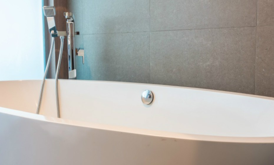Não tome banho com água demasiado quente, pois esta remove a gordura necessária na sua pele. Se tem pele seca, não o faça de todo. O ideal é tomar banho com água morna – quente.