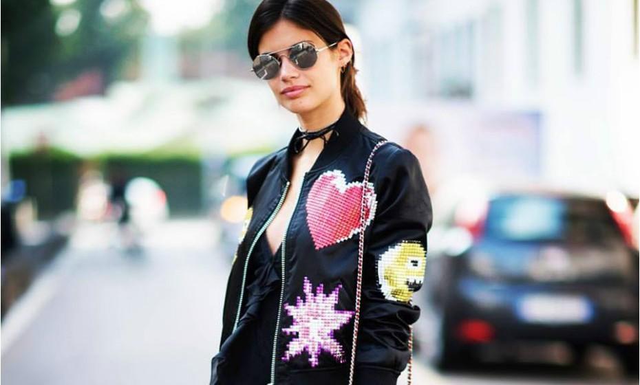 Os bomber jacket são uma tendência. Sara Sampaio optou por este com um padrão engraçado para dar um toque de cor ao seu look totalmente preto.