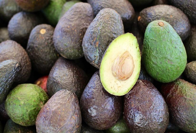 Se adora guacamole, o abacate é o alimento com poderes anti-inflamatórios perfeito para si. Este alimento contém ácidos gordos capazes de reprimir a inflamação nas células musculares, suprime a resistência à insulina e pode ajudar a reduzir a gordura na barriga.