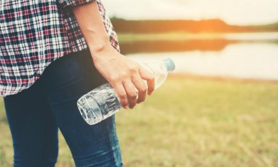 Este conselho é velho, mas bom: beba muita água. Se possível, seis a oito copos por dia. O seu consumo liberta o corpo de toxinas e quanto menor for a carga química com que o seu corpo tem de lidar (pesticidas, produtos químicos sintéticos, metais pesados), maior é a energia que fica para o processo de renovação celular.