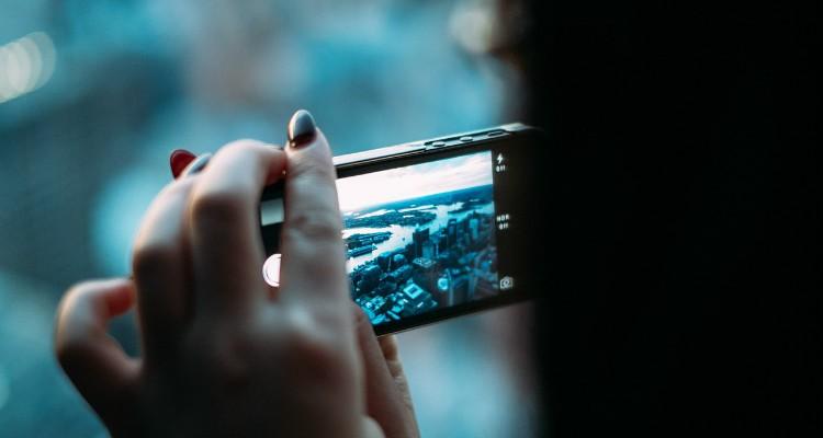 Luz azul dos ecrãs provoca envelhecimento na pele
