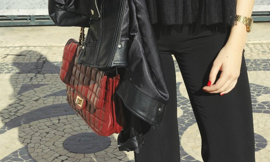 Liliana optou por dar um pouco de cor ao outfit com uma mala vermelha que equilibrou com os lábios pintados da mesma cor.