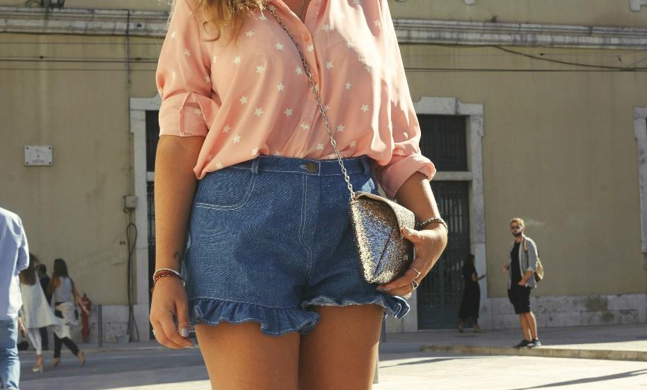 «Comprei esta camisa ontem e queria muito usar estes calções… De repente estava o look composto!», partilha.
