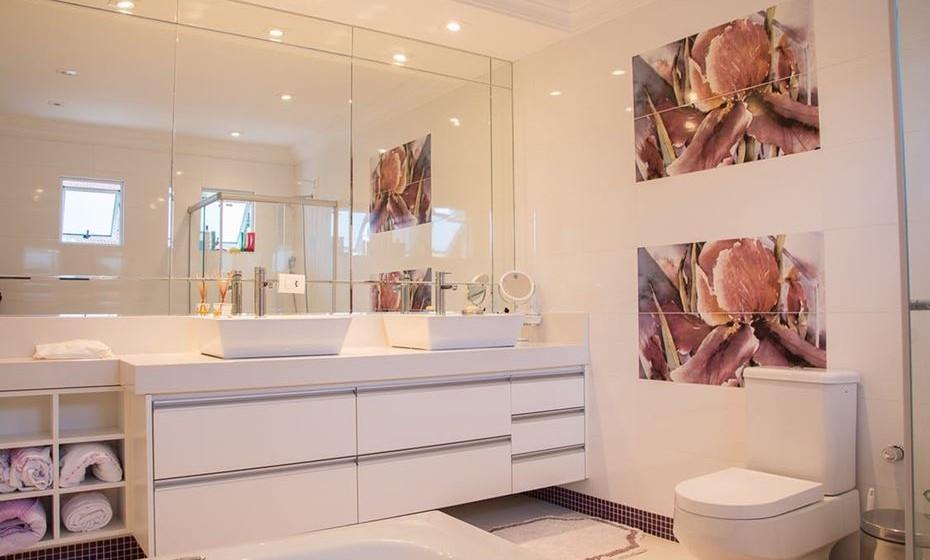 Nem todas as paredes precisam ter alguma informação. Escolha a de maior visibilidade no ambiente, aquela para a qual olha naturalmente e coloque um bonito espelho ou quadros. Opte por ter poucos quadros nas paredes, mas aposte em imagens com bom impacto e que transmitam boas energias, como fotografias de momentos felizes.