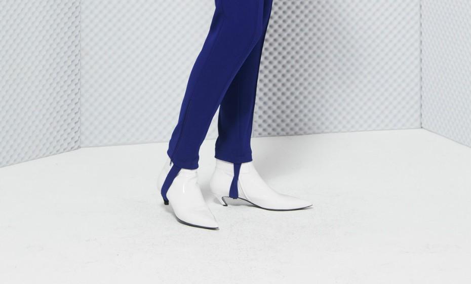 Tem mais de 25 anos? Então de certeza que se lembra das calças que se prendiam aos pés e que se usava muito nos finais dos anos 80 e princípios de 90. Na altura, esta moda propagou-se por todo o mundo e parece estar de volta.