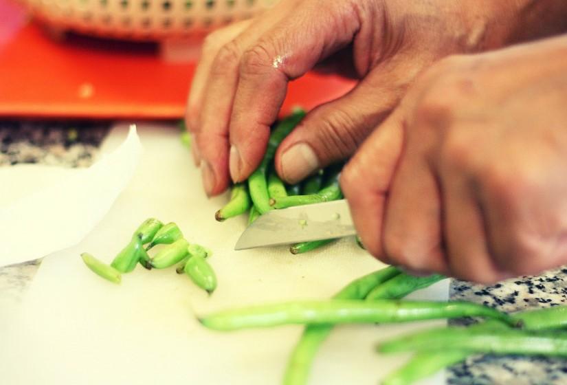 Lave os utensílios e as tábuas utilizadas na preparação de alimentos. Use tábuas de cortes e utensílios diferentes para alimentos crus e cozidos.