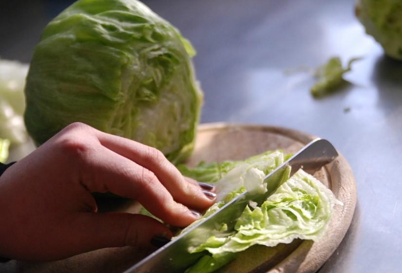Não deixe o alimento cru à temperatura ambiente mais tempo do que o necessário, e nunca por mais de duas horas.
