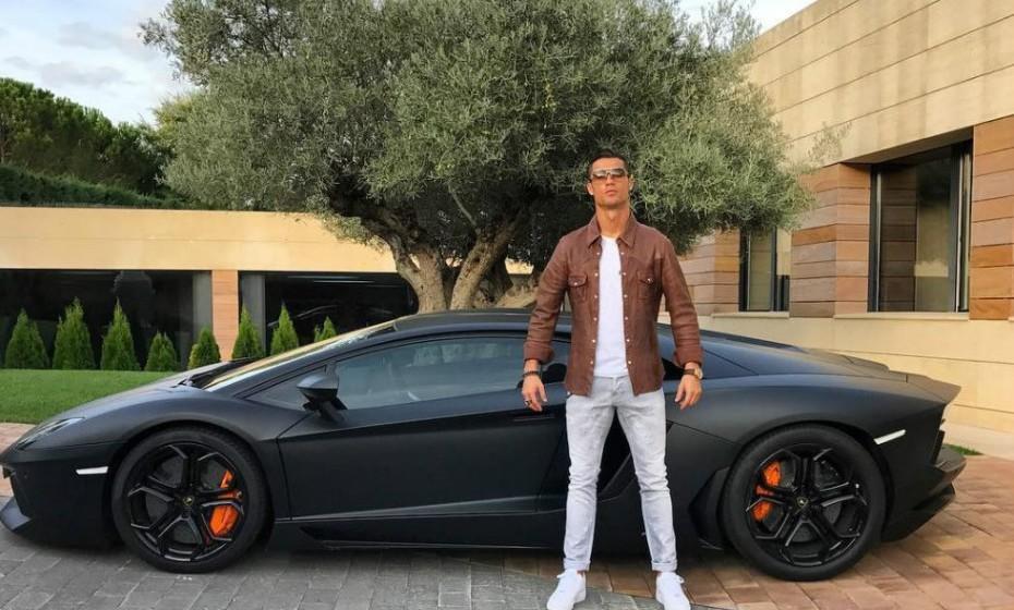 Não é novidade para ninguém que Cristiano é um apaixonado por carros. Esta imagem mostra apenas um entre tantos outros que tem na sua garagem.