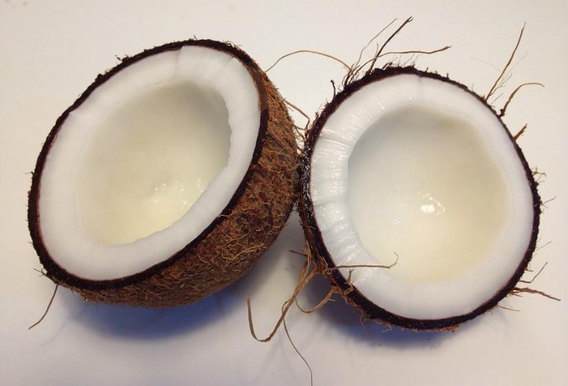 O óleo de coco pode substituir a manteiga em receitas numa proporção de 1 para 1. Pode alterar ligeiramente o sabor, mas é mais saudável. Funciona muito bem em receitas que exijam sabores achocolatados ou tropicais. Se for biológico, tanto melhor.