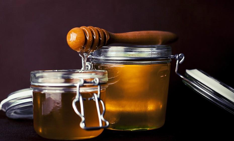 O mel é antimicrobiano e a sua consistência espessa ajuda a acalmar uma garganta irritada.