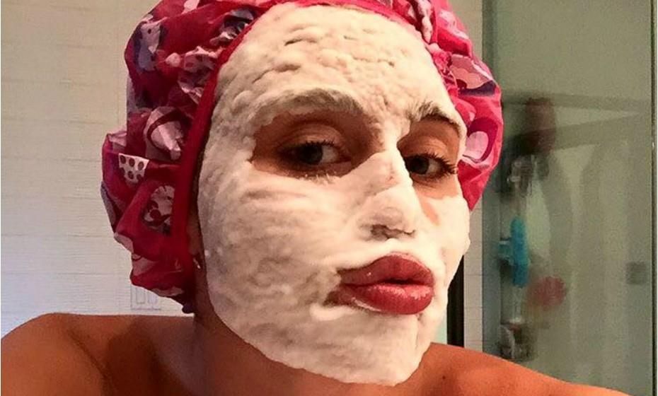 Miley Cyrus adora partilhar a sua vida pessoal nas redes sociais. A cantora não tem pudor com praticamente nada, aparentemente. Desta vez, Miley decidiu partilhar com os seus fãs uma 'duck face' conjugada com uma máscara de beleza em espuma.
