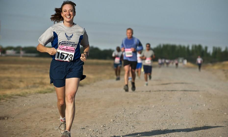 Inscreva-se para uma caminhada, corrida ou até mesmo maratona que aconteça em janeiro. Desta forma, tem uma motivação acrescida para não pisar muito o risco na alimentação e na prática de exercício físico.