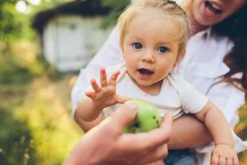 Colocar pouca quantidade de comida no prato e garantir uma nova porção de comida quando a criança solicitar. Crianças nestas idades adaptam-se melhor com pequenas porções de alimentos oferecidas várias vezes por dia (6 a 7 refeições).