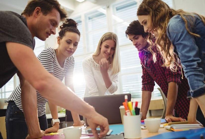 Viver um trabalho de forma apaixonada nem sempre é possível, sobretudo para a geração que anseia por experiências vibrantes a cada dia. Por isso, Adam Smiley Poswolsky, especialista internacional em gestão de carreiras, dá algumas dicas para encontrar a felicidade no trabalho.