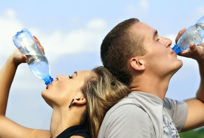 Melhora o desempenho físico. A desidratação pode prejudica-lo, pois perder apenas 2% de água corporal durante a prática de exercício pode aumentar a fadiga e reduzir a motivação.