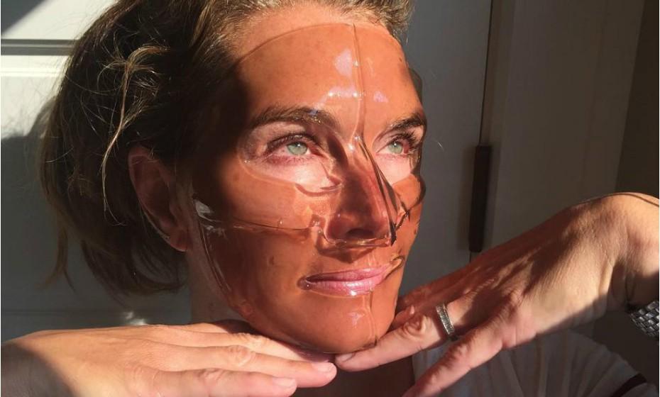Neste dia, Brooke Shields optou por uma máscara de silicone e vinho. «Estou a tentar parar de beber. Isto é o mais perto que posso estar do vinho. Vou tentar não a comer quando acabar», brincou a atriz no Instagram.