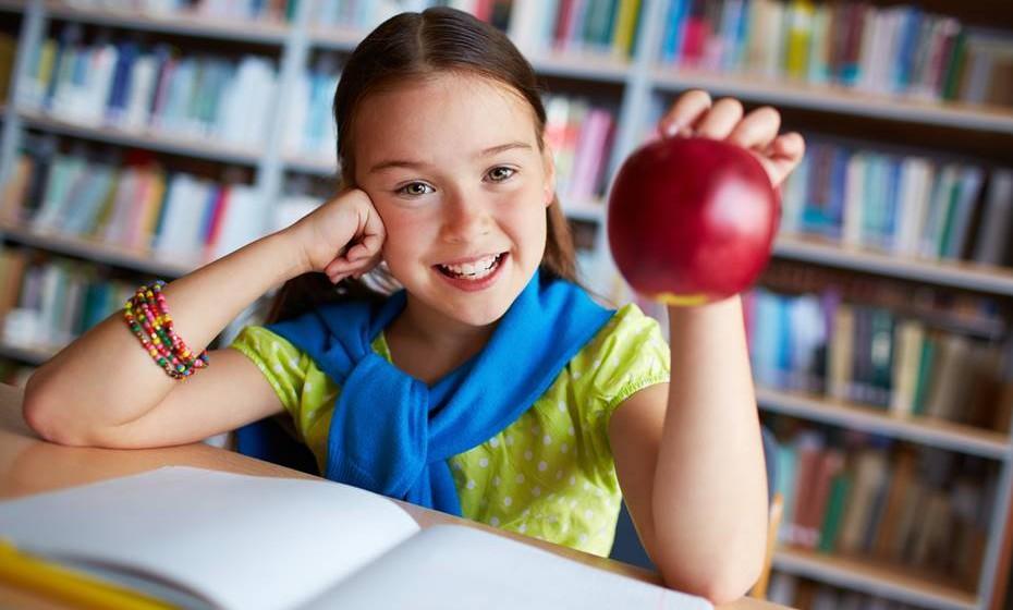 Deem às crianças uma alimentação rica em fruta e legumes frescos, sem adição de sal ou molhos.
