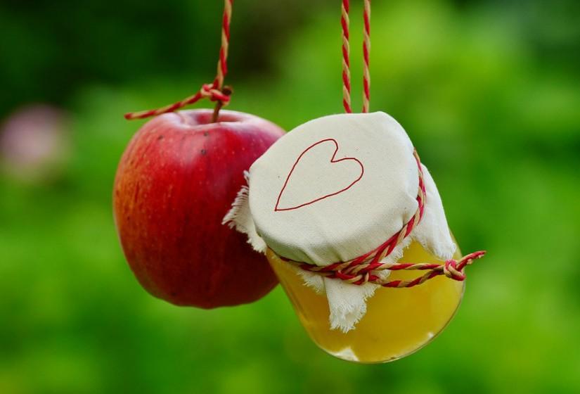Nas receitas de sobremesa existem imensos substitutos para a manteiga como é o caso da compota de maçã. Esta reduz significativamente a quantidade de calorias e adiciona alguma doçura, portanto pode reduzir a quantidade de açúcar utilizado.