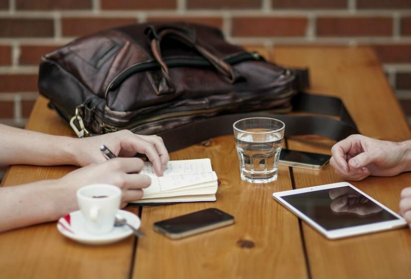 Invista nas suas habilidades. É por causa delas que as pessoas são contratadas e consequentemente promovidas. Ser realmente bom em habilidades específicas – escrita, marketing, design, recursos humanos, etc – ajuda a encontrar mais felicidade no trabalho e no resto da vida.