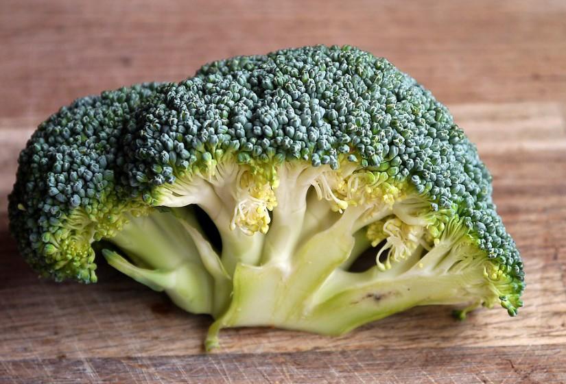 Brócolos – Contêm metabólitos com enxofre que são divididos por micróbios para libertar substâncias que reduzem a inflamação e reduzem o risco de cancro da mama, bexiga, fígado e estômago.
