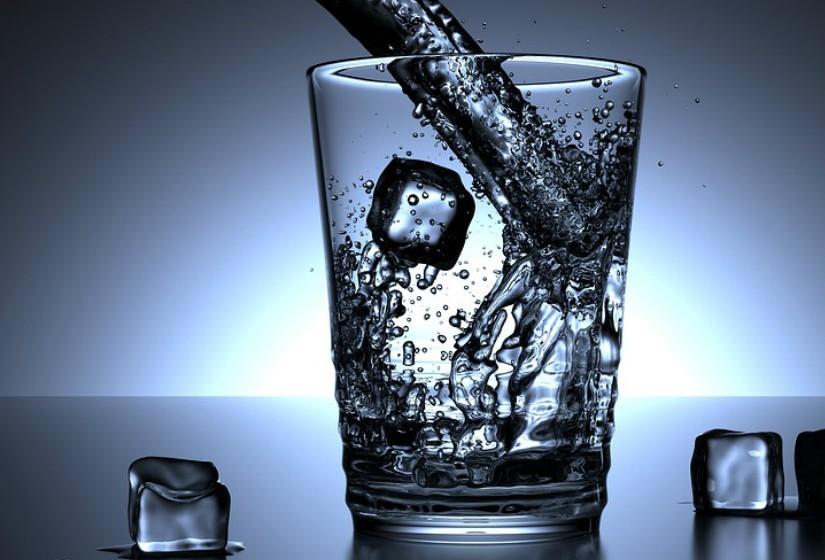 Existem algumas evidências de que o aumento do consumo de água pode ajudar a prevenir pedras nos rins.