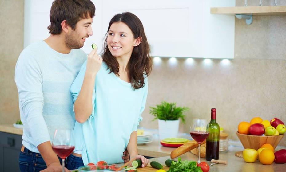 A criança tende à imitação: todos os comportamentos de quem prepara e de quem oferece a refeição devem ser positivas e favoráveis para a formação de bons hábitos alimentares.